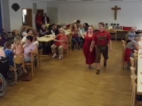 02_2018-07-17__464099f6___Sommerfest_2018_Modeschau_m_Sozialpflegeschule__Copyright_Michael_Streit___Caritasverband_fuer_den_Landkreis_Hassberge_e_V__