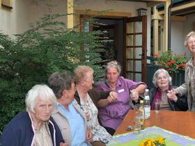 23_2012-07-24__ae3cf9f5___Sommerfest_2011_gemuetl_Runde__Copyright_Caritasverband_fuer_den_Landkreis_Hassberge_e_V_