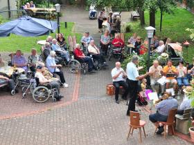 21_2012-07-24__474d817c___Tag_d_off_Tuer_11_9_11_Innenhof_ev_Posaunenchor__Copyright_Caritasverband_fuer_den_Landkreis_Hassberge_e_V_